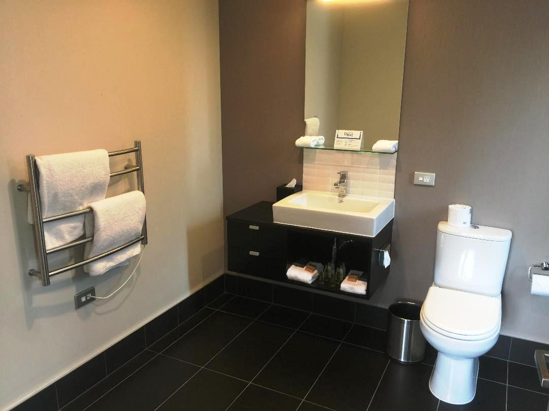 Hilton Queenstown 2BR Apartment, Master Bathroom