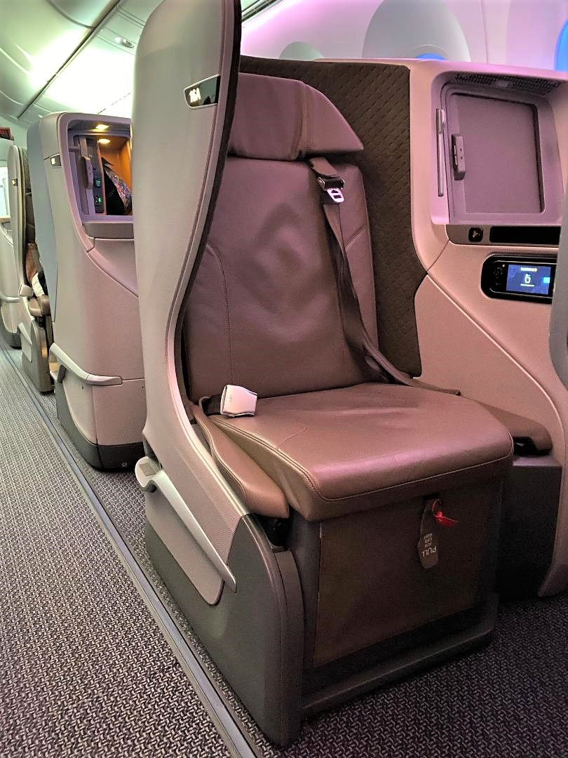 Even number seat with the console closer to the window