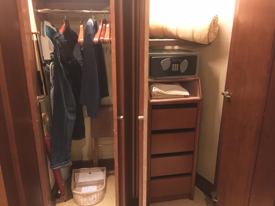 Wardrobes, King Deluxe Room, Conrad Hong Kong